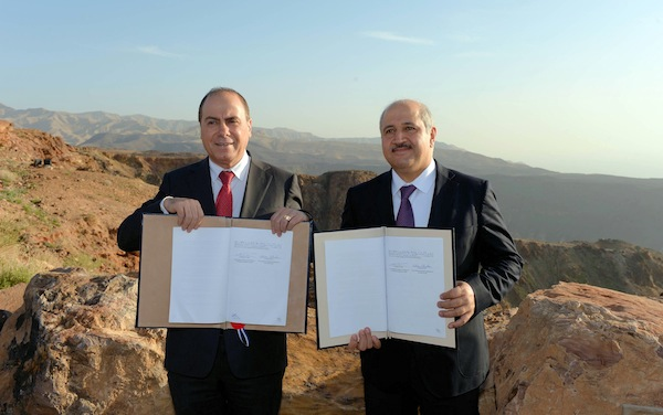 photo - Near the end of February 2015, Israel and Jordan sign an agreement to revitalize the Dead Sea by building an $800 million pipeline from the Red Sea. The measures will not only slow down the evaporation of the Dead Sea, but also supply electricity to both countries when completed.