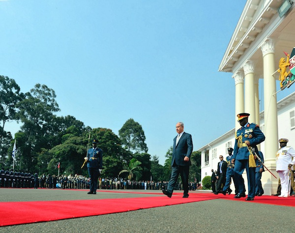photo - Prime Minister Binyamin Netanyahu outside Government House in Kenya, stepping out to inspect the honor guard