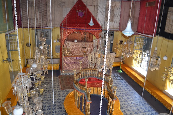 photo - The interior of Paradesi Synagogue in Kochi, India