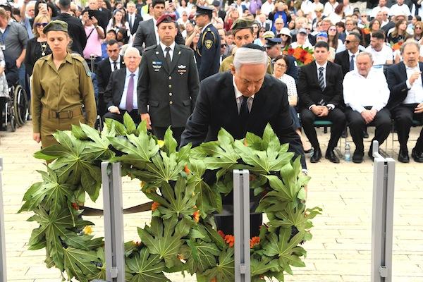 photo - Israeli Prime Minister Binyamin Netanyahu places a wreath at Yad Vashem on Yom Hashoah