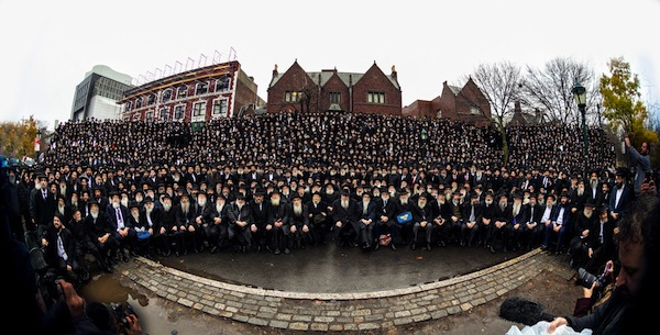 """photo - The 2019 """"class photo"""" of Chabad shluchim who attended the Kinus Hashluchim in New York. Among the 4,000 Chabad emissaries attending were 14 from British Columbia"""