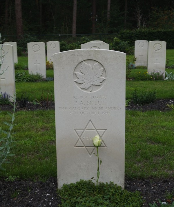 photo - Grave of Pte. Paul Sklut in the Bergen-op-Zoom war cemetery, in Holland