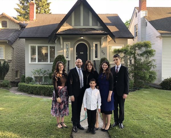 photo - Rabbi Don and Meira Pacht with their children, left to right, Ora, Shimie, Shoshana and Aharon
